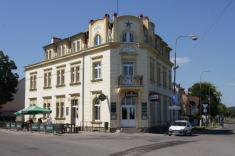 Sadská / Hotel Modrá hvězda zroku 1911.Sem jezdil zKerska napivo spisovatel Bohumil Hrabal, vyslechl zde příběhy hostinského Vaníčka, které sestalo základem proknihu Obsluhoval jsem anglického krále.